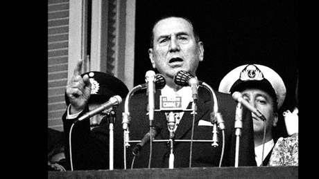 Perón discursa no balcão da Casa Rosada.
