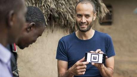 Andrew Bastawrous faz uma demonstração do aplicativo Peek Acuity para sua equipe no Quênia