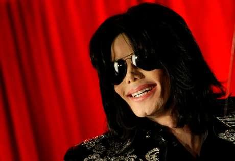 Michael Jackson durante coletiva de imprensa em Londres, na Inglaterra