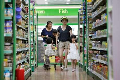 Consumidores fazem compra na China  03/07/2018 REUTERS/Jason Lee