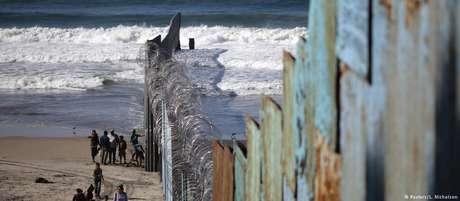 Trecho existente de cerca na fronteira entre EUA e México