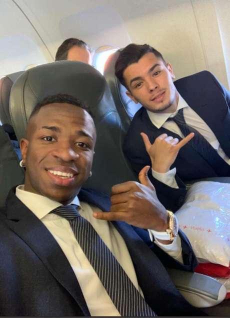 Vinicius Junior e Brahim Díaz no avião antes de decolar para Amsterdã (Foto: Reprodução / Instagram)