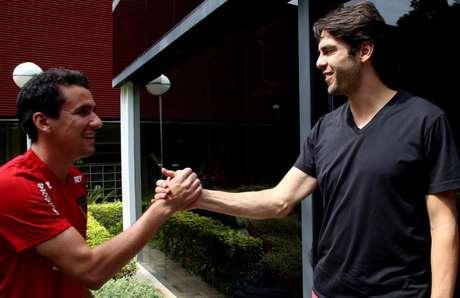 Pablo e Kaká se cumprimentam no CT da Barra Funda (Reprodução/Twiiter)