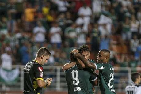 Dudu comemora gol pelo Palmeiras contra o Bragantino