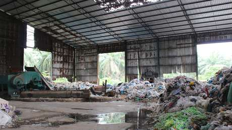 Uma usina de reciclagem abandonada em Kuala Langat