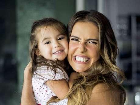 Filha de Deborah Secco, Maria Flor tem apenas 3 anos e já é sucesso nas redes sociais pela sua simpatia, fofura e desenvoltura diante das câmeras