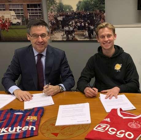 De Jong assinando contrato com o Barcelona (Foto: Reprodução)