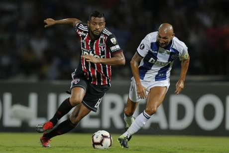 Tricolor perdeu a partida de ida para o Talleres, por 2 a 0, e precisa reverter a derrota esta noite, no Morumbi (DIEGO LIMA / AFP)