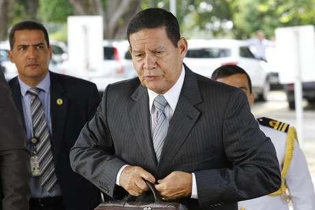 O vice-presidente da República, Hamilton Mourão, ao chegar ao seu gabiente de trabalho, em Brasília, na manhã desta terça-feira, 12.