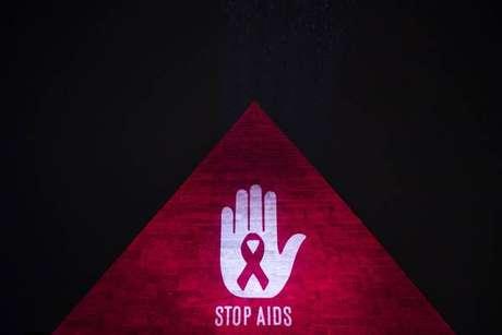 Pirâmide de Cestia, em Roma, é iluminada no Dia de Combate à Aids, em 30 de novembro de 2018