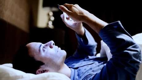 Usar celular, computador e TV próximo da hora de dormir afasta o sono