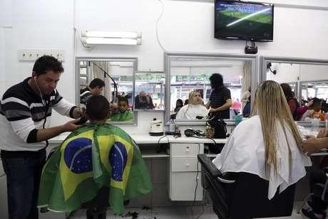 Cabelereiro trabalha em salão em Curitiba 21/06/2014 REUTERS/Stefano Rellandini