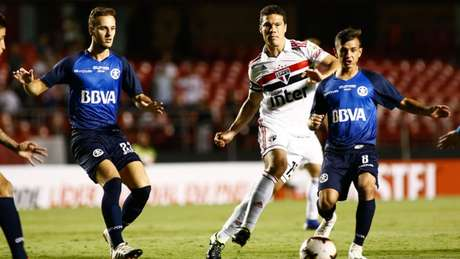 Hernanes, que deixou claro que gosta de jogar como meia, atuou como segundo volante diante do Talleres, no Morumbi (Luis Moura / WPP)