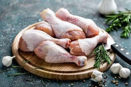 Tempere seu frango com a pele para não ressecar