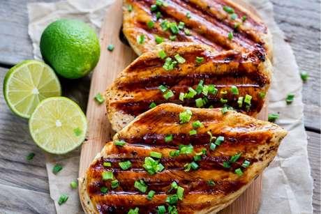 Como temperar frango: aprenda a deixar a carne mais suculenta