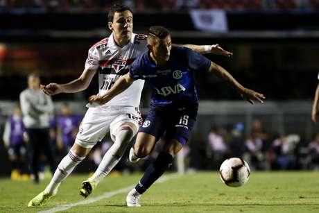 Pablo marca Diaz do Tallers durante a partida entre São Paulo FC e Talleres (Argentina), válida pela segunda fase da Copa Libertadores 2019, realizada no Estádio do Morumbi, em São Paulo.