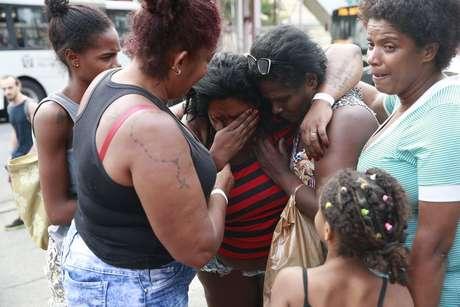 """""""Moço, até quando isso vai continuar?"""", pergunta Katia Cilene, amparada por amigas"""