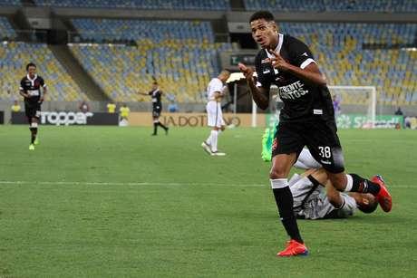 O jogador Marrony do Vasco comemora gol durante a partida entre Vasco e Resende, válida pelo Campeonato Carioca no Estádio Maracanã no Rio de Janeiro (RJ), nesta quarta-feira (13).