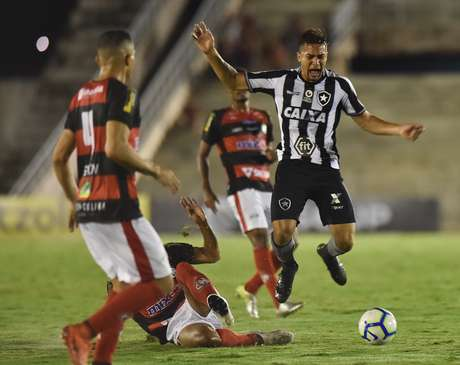 Lance da partida entre Campinense (PB) e Botafogo (RJ), válida pela primeira fase da Copa do Brasil 2019, no Estádio Amigão, em Campina Grande(PB), nesta quarta-feira, 13.