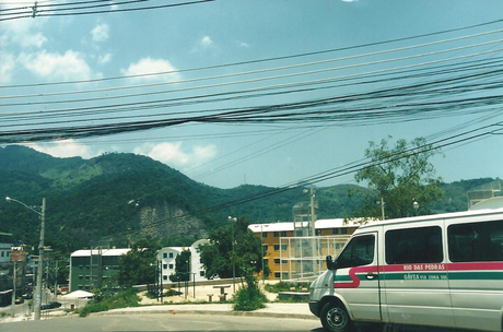 Hoje é a terceira maior favela do Rio, segundo estimativa da Prefeitura com base no IBGE de 2010. Tem 63.484 moradores, boa parte deles de origem nordestina