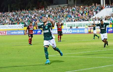 Michael vem fazendo mais uma grande temporada pelo Goiás (Rosiron Rodrigues/Goiás)