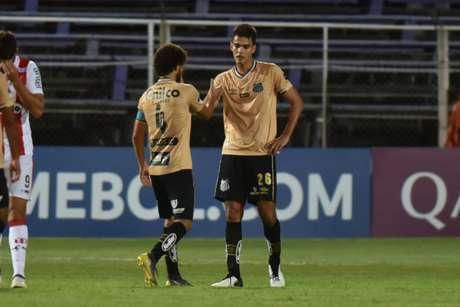 Victor Ferraz e Felipe Aguilar devem ser titulares contra o Guarani, nesta segunda-feira (Ivan Storti/Santos FC)