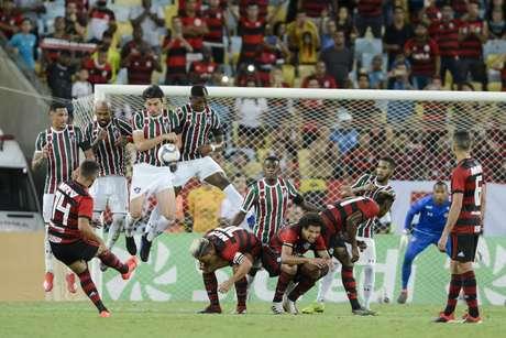 De Arrascaeta cobra falta durante Flamengo x Fluminense realizada no Maracanã, pela semi-final do Campeonato Carioca (Taça Guanabara), no Rio de Janeiro, RJ.