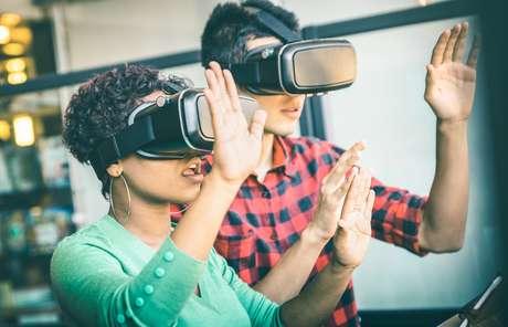 Pessoas testam óculos de realidade virtual (imagem ilustrativa)