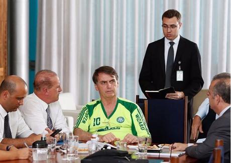 """Bolsonaro aparece com camisa """"pirata"""" do Palmeiras em reunião"""