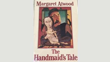 """""""O Conto da Aia"""" foi publicado em 1985 e rapidamente se tornou um sucesso - foi finalista dos prêmios Man Booker e Nebula (Crédito: McClellan and Stewart)"""