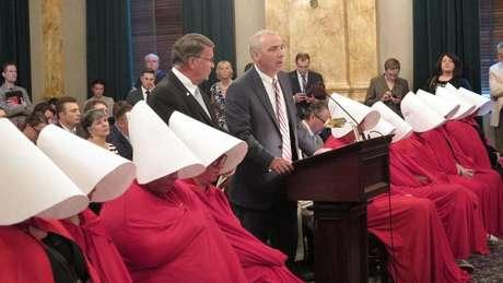 Em junho de 2017, mulheres usaram roupas inspiradas na série para protestar contra uma lei que restringia o aborto em Ohio (Crédito: Jo Ingles/Ohio Public Radio/TV Statehouse News)