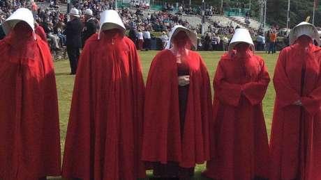 Muitas ativistas se inspiraram nas roupas da série em 2017 para protestar contra a falta de acesso das mulheres ao aborto na Ilha de Man