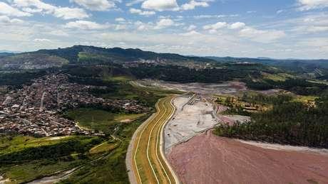 Em alguns bairros de Itabira, as casas terminam onde começa a barragem de rejeitos de mineração