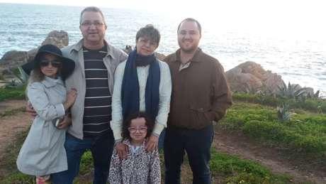 Família que tem duas filhas, Bruna e Laura, como a condição rara picnosisostose