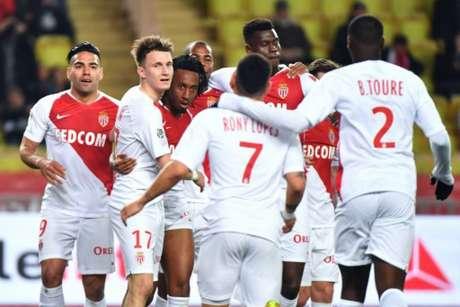 Jogadores comemoram o gol de Gelson Martins (Foto: Yann Coatsaliou / AFP)