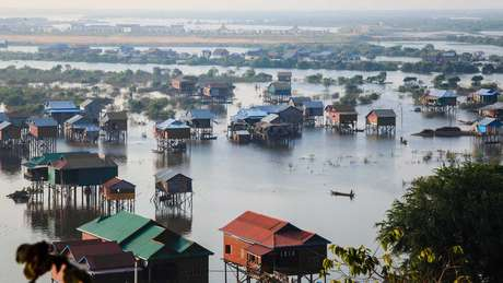 Casas de palafita no Camboja