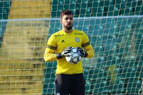 Aos 23 anos, Alisson fechou contrato com o Paraná até abril de 2022 (Vinicius Nunes/Divulgação Figueirense)