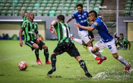 Coelho e Raposa tiveram de superar a forte chuva que caiu em BH na tarde deste domingo, para duelarem pelo Mineiro- Dudu Macedo/Fotoarena
