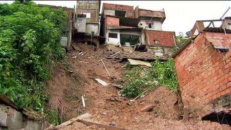 Deslizamento de terra mata 4 crianças em SP