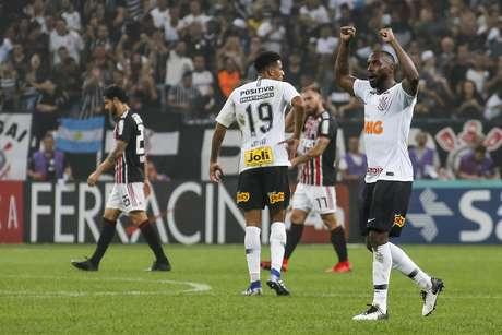 O jogador Manoel do Corinthians, durante comemoração do gol em partida contra a equipe do São Paulo, em jogo válido pela 7ª rodada do Campeonato Paulista de 2019 na Arena Corinthians, em São Paulo, neste domingo (17).