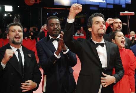 """O diretor e roteirista Wagner Moura e os atores Bella Camero, Seu Jorge e Bruno Gagliasso chegam para a exibição do filme """"Marighella"""" no 69º Festival Internacional de Cinema de Berlinale, em Berlim, Alemanha"""