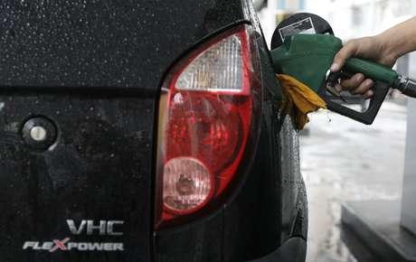 Carro é abastecido com etanol em posto do Rio de Janeiro 30/04/2008 REUTERS/Sergio Moraes