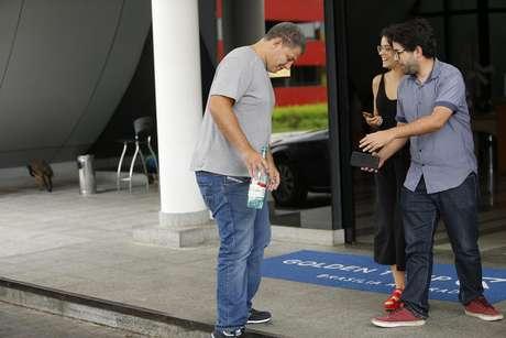 Bebianno conversa com jornalistas em frente ao hotel onde mora, em foto tirada no domingo (17)