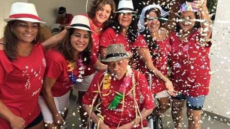 Os familiares fazem a festa para resgatar anualmente um período especial para o idoso