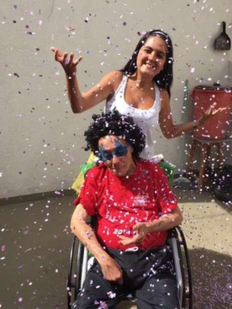 A estudante Thalita Ferreira acredita que seu avô se sente 'mais vivo' quando comemora o Carnaval