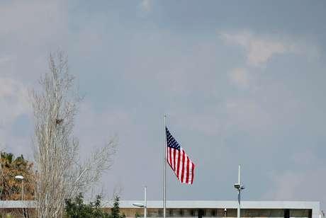 Bandeira dos EUA em complexo pertencente ao consulado dos EUA  em Jerusalém  24/2/2018 REUTERS/Ammar Awad