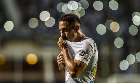 Jean Mota, do Santos, comemora seu gol durante a partida contra o Guarani, válida pela 7ª rodada do Campeonato Paulista de 2019, realizada no Estádio do Pacaembu, na zona oeste de São Paulo, na noite desta segunda-feira (18).