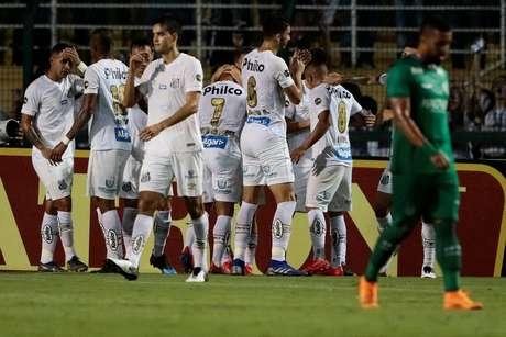 Comemoração do gol do Santos, durante a partida contra o Guarani, válida pela 7ª rodada do Campeonato Paulista de 2019, realizada no Estádio do Pacaembu, na zona oeste de São Paulo, na noite desta segunda-feira (18).