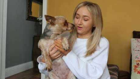 Um dos lazeres de Hannah é levar seu cachorro, Jess, para passear