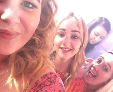 Hannah conta que ela e as amigas estão animadas com as férias na Grécia. Nunca imaginavam que estavam tomando vodca com uma substância perigosa